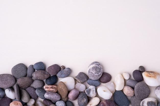 白い背景の上面に様々な小石