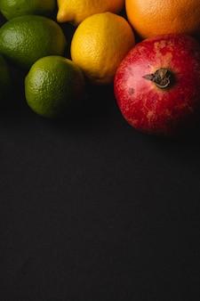ライム、レモン、グレープフルーツ、ザクロ、ムーディーなダーク