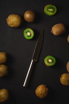 キウイフルーツ半分包丁、コピースペース、トップビューでスライス