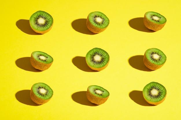 キウイフルーツ要素パターンレイアウト、ミニマリストの抽象的なデザインフラットレイアウト、健康食品、アングルビュー