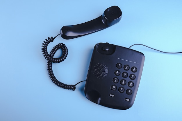 青い表面に昔ながらの電話
