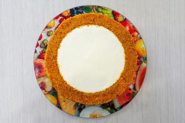Приготовление и украшение праздничных многослойных тортов к юбилею. торт готов к украшению. повар - кондитер.