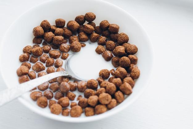 ミルク入りチョコレートボールのドライ朝食付きプレート