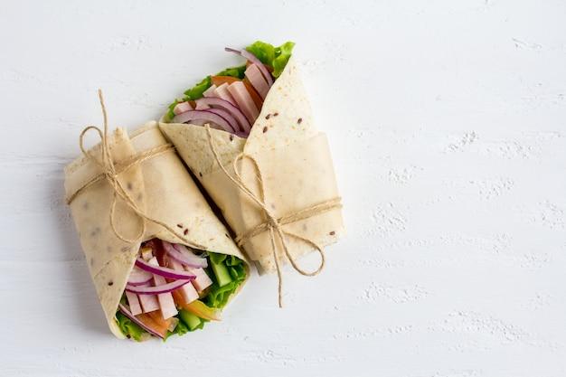 野菜、ハム、トルティーヤ入りの自家製ブリトー