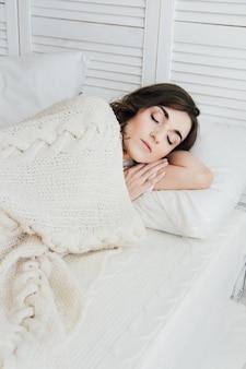 ベッドで寝ている女性