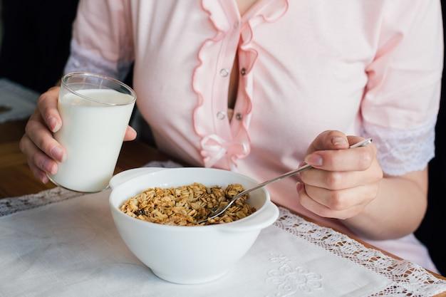 Лить молоко в миску мюсли