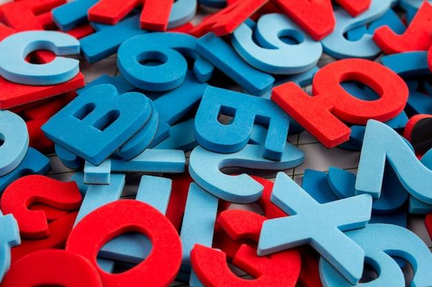 Алфавит фон из красочных букв и цифр