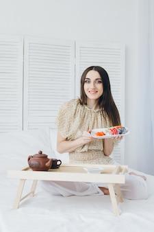 寿司を食べる若いブルネットの女性