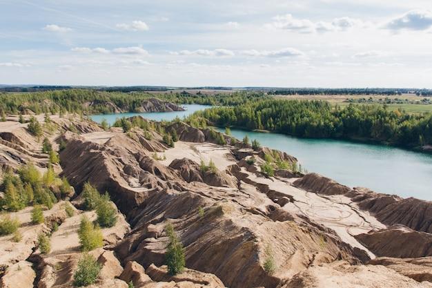 青い湖に捨てられた砂の採石場