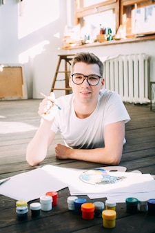 若い男アーティストが絵を描く