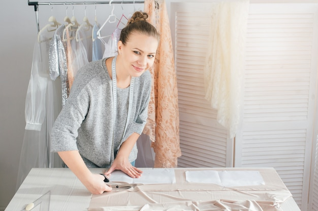 Юная швея делает одежду для раскроя ткани