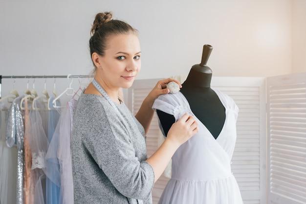 お針子はマネキンに合うドレスを作ります