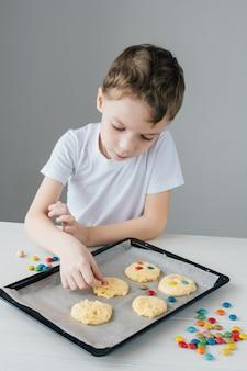 子供は自家製のクリスマスクッキーを準備します