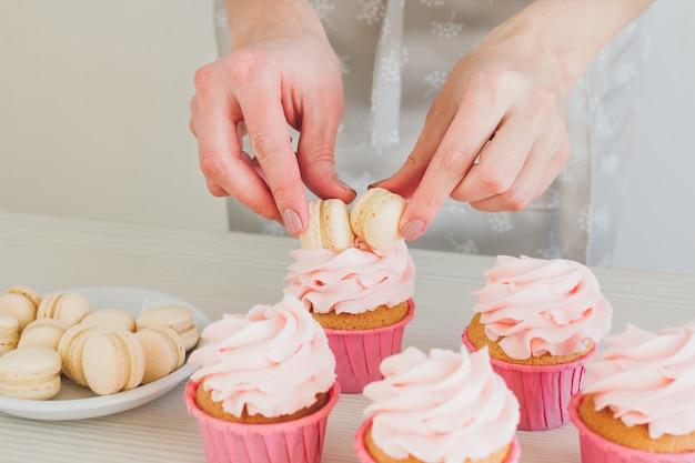 女の子はカップケーキを準備します