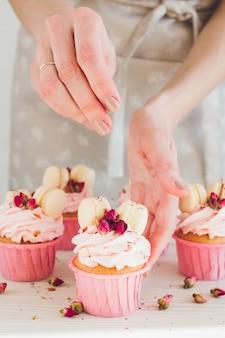 少女はカップケーキを準備します