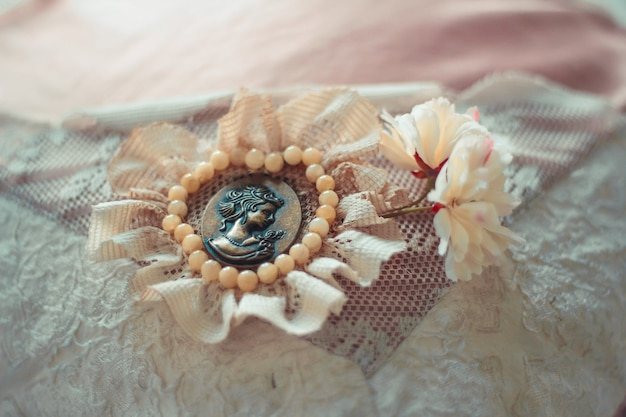 素朴なスタイルで装飾された古いブローチと繊細な構図