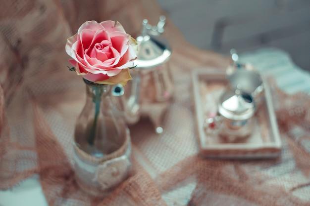 花瓶に花を入れた繊細な構図