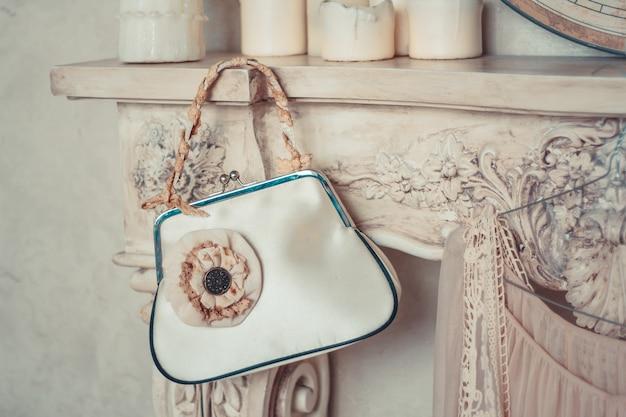 素朴なスタイルで装飾されたハンドバッグを備えた繊細な構図