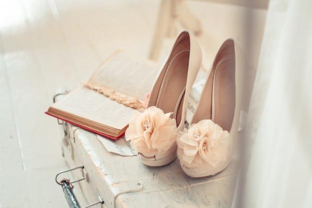 結婚式の靴や装飾品の繊細な構成