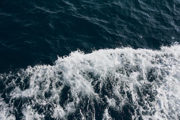 Круиз по босфору, стамбул, турция. волны на воде.