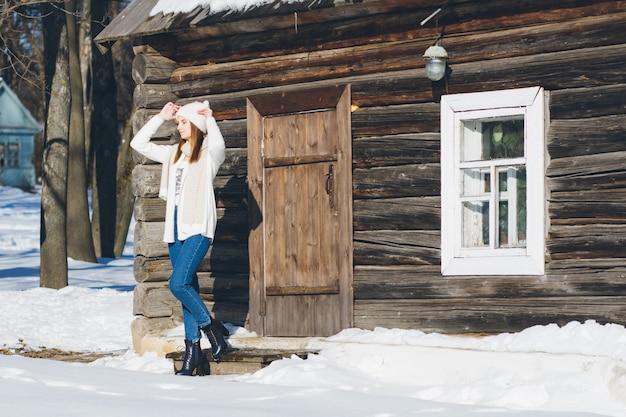 Девушка в шляпе и варежки зимой