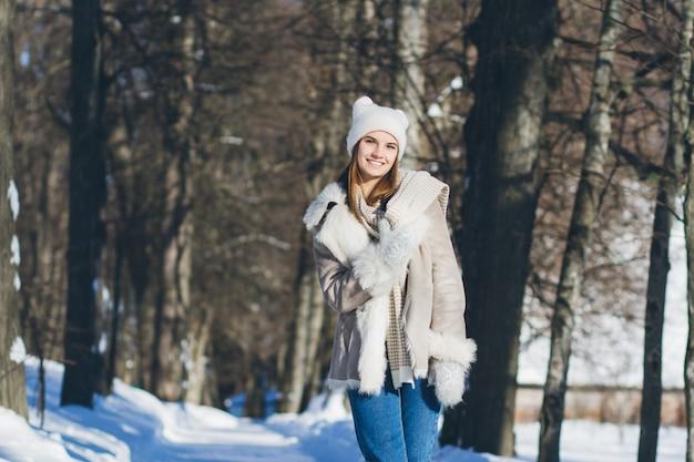 冬の帽子とミトンの笑顔の女の子
