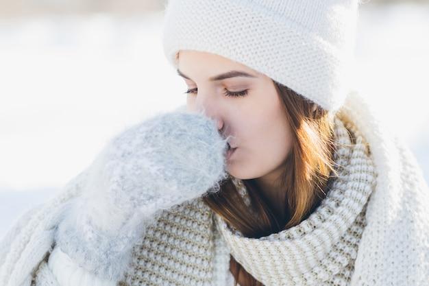 Девушка пьет горячий чай из термоса
