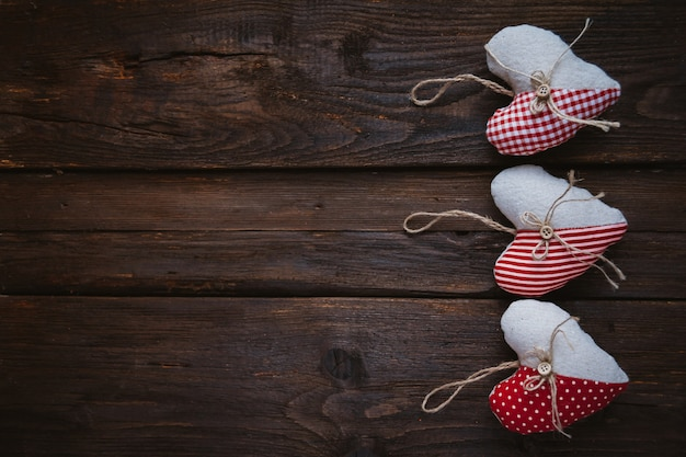 Сердца из ткани на деревянном фоне