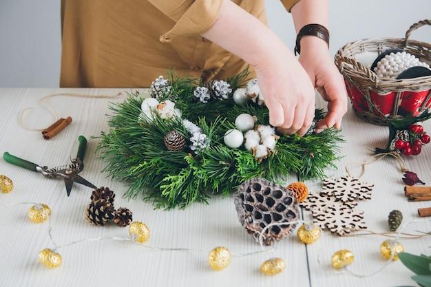 クリスマスリースを作る花屋デコレータ