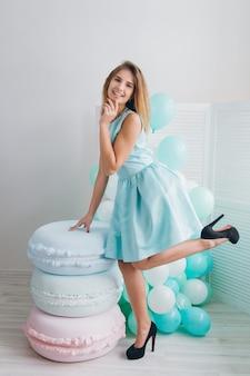 風船とターコイズブルーのドレスの女の子