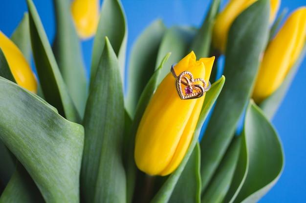 黄色のチューリップの花束と結婚指輪