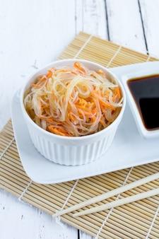 ガラス麺またはニンジンとファンチョザのアジア風スパイシーサラダ