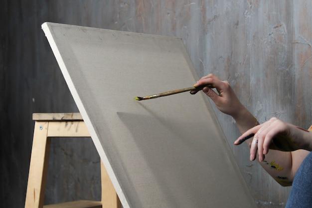イーゼルとブラシの空白のキャンバス