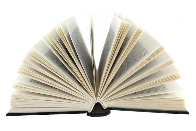 白い背景の上の開いた本をクローズアップ