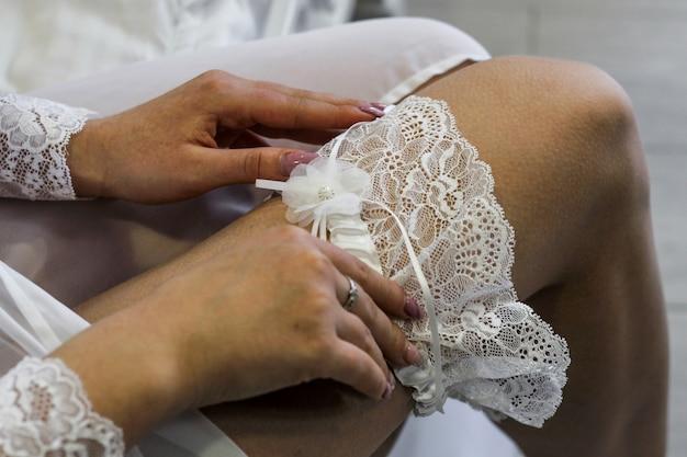 ブライダルガウンは素敵な白いレースの結婚式のガーターです。花嫁を集める