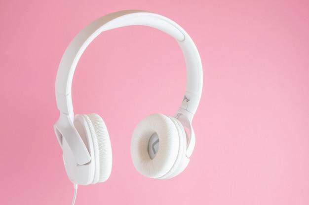 白いヘッドフォン。音楽のコンセプト。