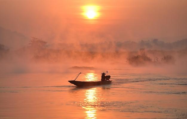 朝の光、漁師は朝、金色の光、漁師はメコン川、タイ、ベトナム、ミャンマー、ラオスで釣りをしています