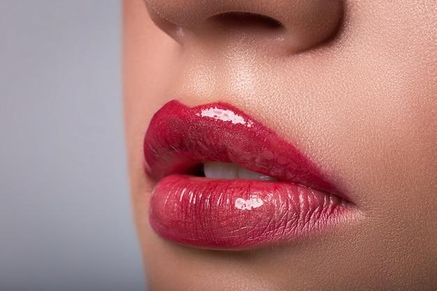 女性の赤い唇のクローズアップ