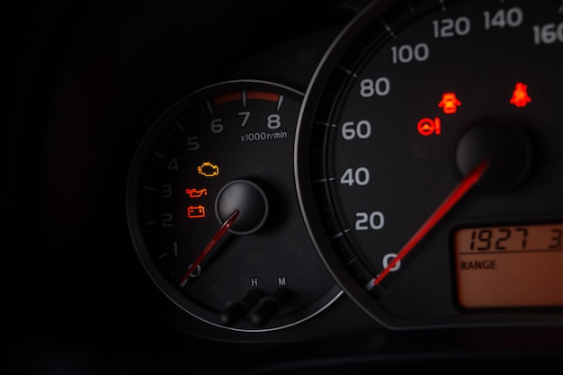 車のスピードメーターのショットを閉じます。