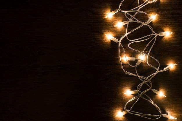 木製の背景にクリスマスマジックライト。