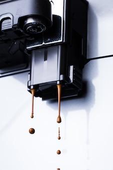 コーヒーを供給する過程で自動コーヒーマシンをクローズアップ