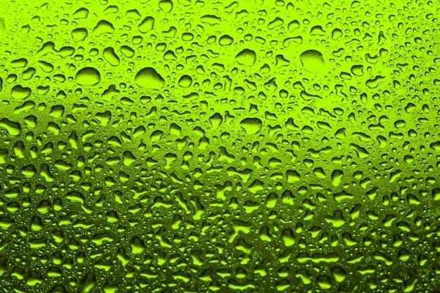 緑色の水滴を緑色の背景