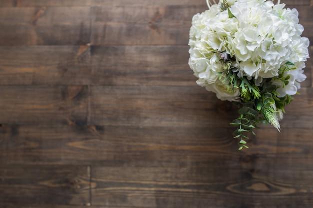 茶色の木の床に白い花。