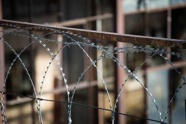 泥棒に対するセキュリティ目的の有刺鉄線フェンシング
