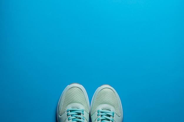 青色の背景のクローズアップに白い靴底のボルドースニーカー
