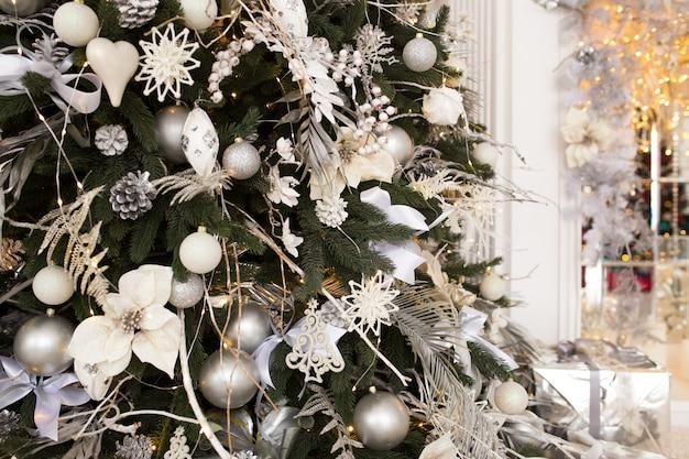 クリスマスツリーと白い部屋の暖炉