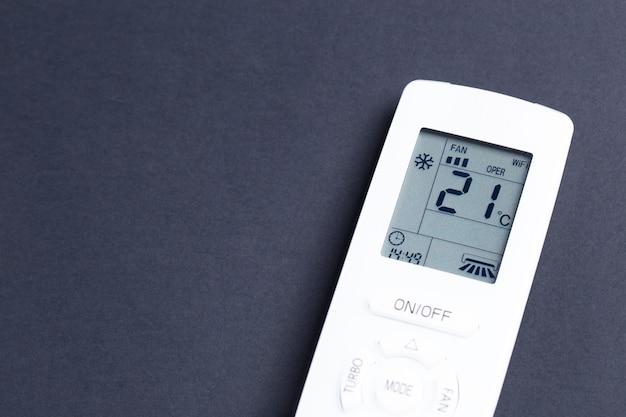 エアコン用の白いリモコン