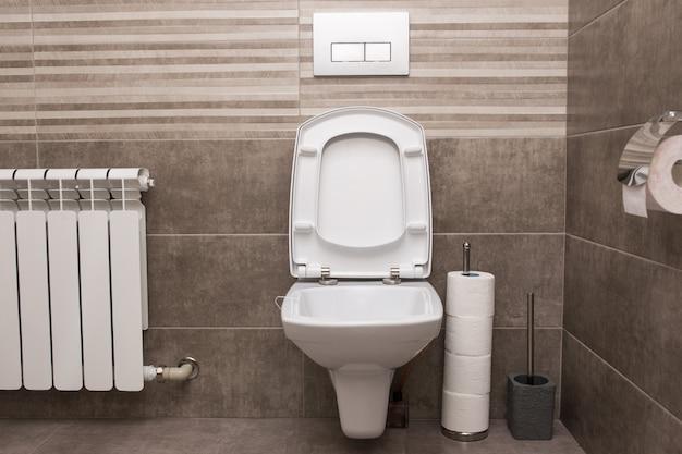 Новый белый керамический туалет