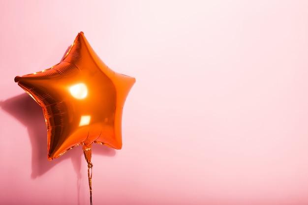 ピンクの背景の星の球