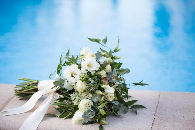 青色の背景はクローズアップで結婚式ブライダルブーケ。